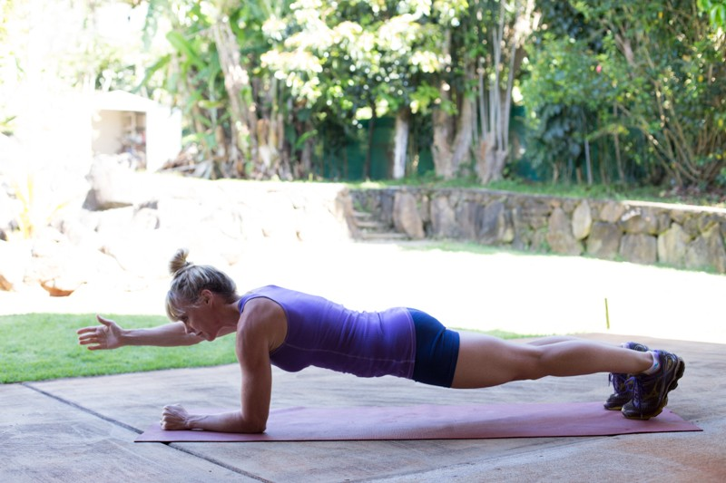 Plank with one arm lift